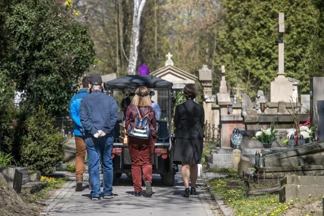 Na cmentarzach komunalnych w Krakowie w ostatnim czasie odbywa się ok. 30, a nawet blisko 40 pogrzebów dziennie