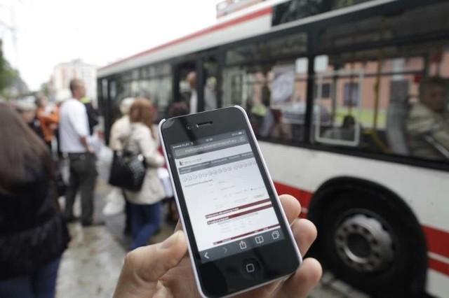 Bilet okresowy można kupić np. za pomocą telefonu komórkowego - smartfonu.