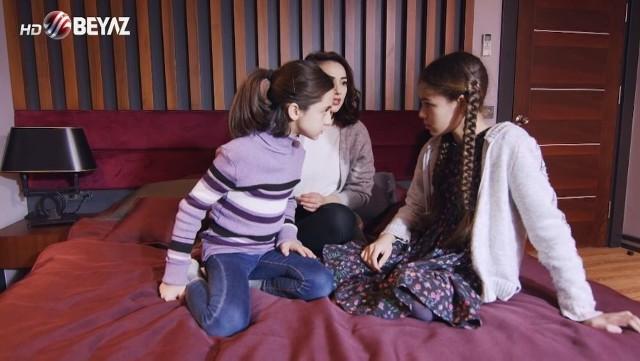 """Serial """"Promyk nadziei"""" odcinek 103 - emisja 6 września (poniedziałek) godz. 17:15Ipek i Omer dowiadują się, że SMS-a wysłała Zuhal. Sedat był w czasach licealnych zakochany w Melisze. Suhejla nie dopuszcza, by Zuhal spotkała się z Ipek. Filiz cierpi, widząc jak Halil adoruje żonę.Zobacz, co wydarzy się w 104. odcinku serialu """"Promyk nadziei"""" >>>"""