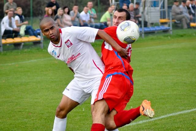 O piłkę walczą Galdino (z lewej) i Janusz Złoczowski.