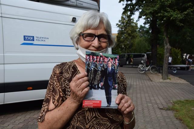 Przygotowania do wizyty prezydenta Andrzeja Dudy w Nowej Soli, 2 lipca 2020 r.Na zdjęciu pani Kazimiera.