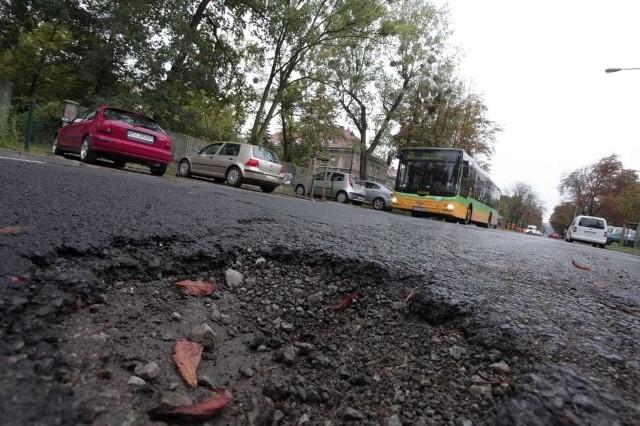 Dziury w jezdni na ul. Marcelińskiej.