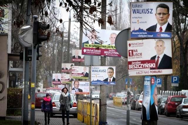 Liczba plakatów przekroczyła wszelkie granice zdrowego rozsądku. Na zdjęciu ulica Bażyńskich