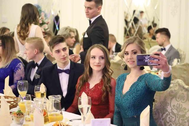 Tej nocy Dwór Czarneckiego należał do tegorocznych maturzystów VII Liceum Ogólnokształcącego w Białymstoku. Zabawę tradycyjnie rozpoczęli polonezem.