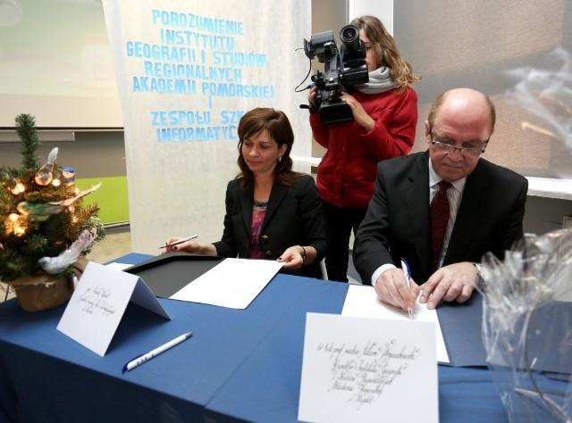 Umowę o współpracy podpisała Monika Stępnik, dyrektor ZSI z Adamem Wojciechowskim z Instytutu Geografii