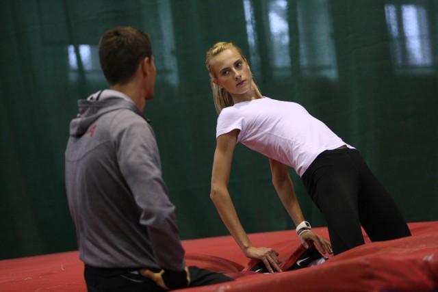 Justyna Kasprzycka z trenerem Dawidem Pyrą.