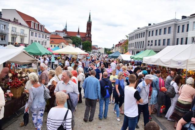 W tym roku w Jarmarku Świętojańskim wzięło udział 120 wystawców. Było w czym przebierać. Wędlinykiełbasy palcówki, polędwice, szynki, kindziuki, słoniny, pieczywo, sery pierogi, trunki i napoje, słodkości, ceramika czy wiklina to tylko niektóre z dóbr, które były sprzedawane na Rynku Kościuszki.