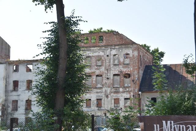 Pozostałości młyna Szancera straszą w centrum Tarnowa. Budynek po pożarze z 2015 roku coraz bardziej chyli się ku ruinie, a doraźne zabezpieczenia na niewiele się zdają