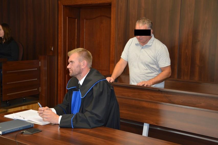 Przed śledczymi mężczyzna przyznał się do winy. Przed Sądem Okręgowym, gdzie dziś ruszył proces, zmienił zdanie.