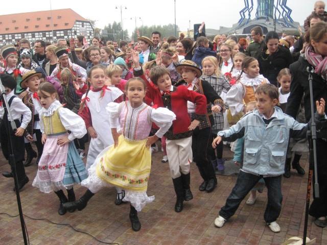 Hołubca tańczyło 575 młodych i starszych