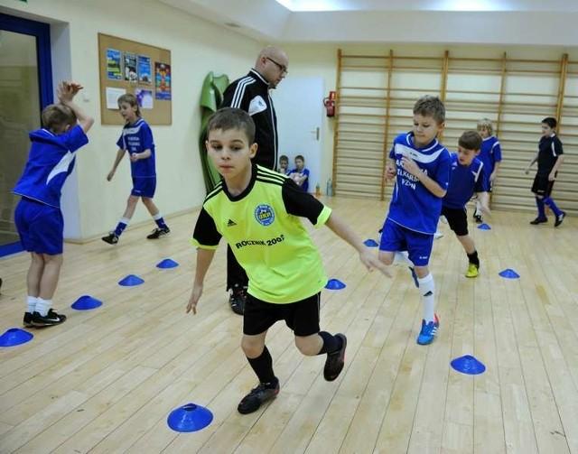 Młodzi piłkarze UKP trenują pod okiem Michała Grzelczyka. Czy wkrótce wyjadą do Portugalii?