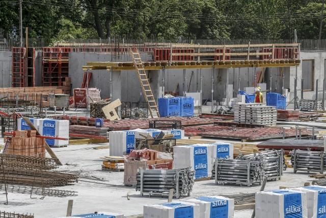 W budownictwie brakuje rąk do pracy, a do tego usługi fachowców nieustannie drożeją wraz z materiałami budowlanymi.