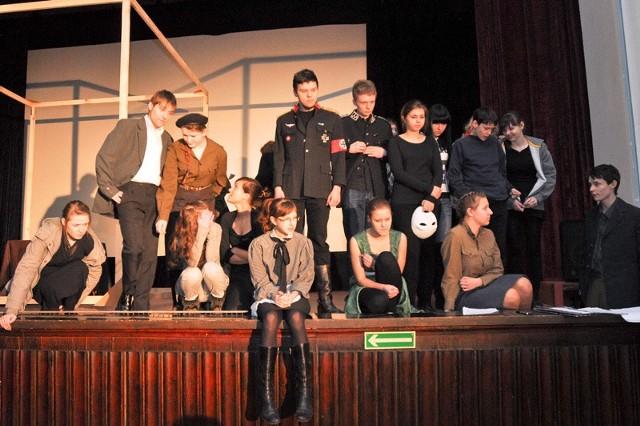 Uczniowie klasy IG o profilu teatralnym z VII Liceum Ogólnokształcącego w spektaklu wykorzystują maski oraz teatr cieni. Rekwizyty i kostiumy pochodzą z ich szkolnej garderoby i magazynów Teatru Dramatycznego.