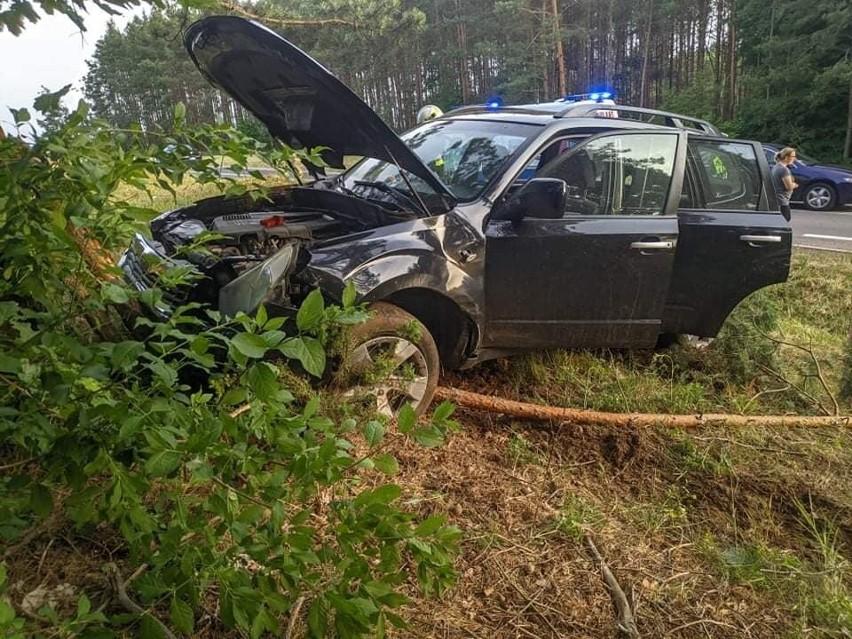 Wypadek na DK 65 na trasie Białystok - Knyszyn. Subaru dachowało i uderzyło w drzewo. Kierowca trafił do szpitala [ZDJĘCIA]