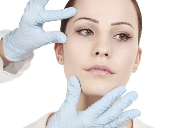 Lekarz, zanim wykona zabieg, analizuje kondycję skóry.