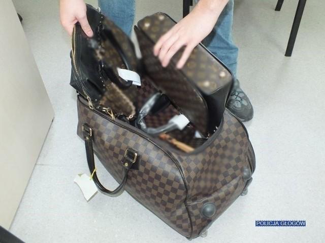 Policjanci zatrzymali 41-letnią mieszkankę Głogowa, która oferowała do sprzedaży na portalach internetowych; torebki, torby, portfele i czapki z podrobionymi znakami towarowymi znanej marki modowej.Ceny oferowanych podróbek były kilkakrotnie niższe od oryginałów. Przedstawiciel marki ocenił, że  ich jakość zdecydowanie odbiega od wyrobów oryginalnych,  o czym niekoniecznie muszą wiedzieć nabywcy takiego towaru.[g]13167242[/g]Kobieta usłyszała zarzuty w tej sprawie. Za wprowadzanie do obrotu wyrobów opatrzonych zastrzeżonymi znakami towarowymi grozi kara grzywny lub pozbawienia wolności do 2 lat. Właściciel marki może również  żądać odszkodowania pieniężnego na drodze cywilnej.Zobacz wideo: Kupujesz samochód przez internet? Uważaj na oszustów!