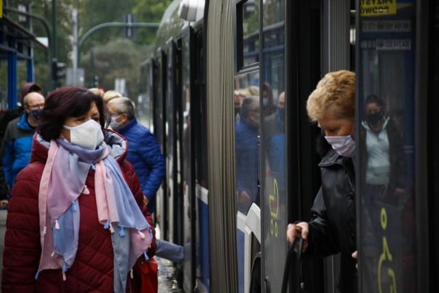 W tramwajach i autobusach pasażerowie coraz częściej rezygnują z maseczek, za powód podając fakt, iż są zaszczepieni przeciwko Covid-19. Pasażerowie, którzy maski noszą pytają, czy władze MPK nie mogą zaradzić problemowi.