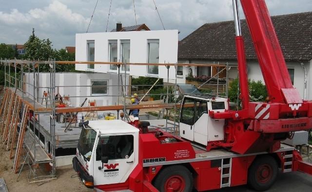Decydując się na dom modułowy, trzeba pamiętać, że do działki musi być dojazd, umożliwiający dowiezienie elementów domu i ich montaż, który najczęściej odbywa się za pomocą dźwigu.