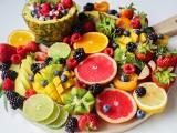 Dieta i dobra linia. Jak ją zachować? Sięgnij po te owoce. TOP 10 owoców składających się z prawie samej wody! Możesz je jeść garściami!