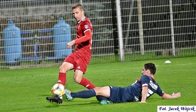 Piłkarze Kotwicy (czerwone stroje) muszą poczekać jeszcze dzień na decyzję w sprawie III ligi