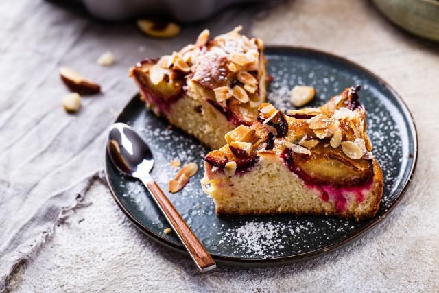 Macie ochotę na pyszne ciasto drożdżowe ze śliwkami? To wcale nie jest trudne! Zobaczcie przepis krok po kroku!