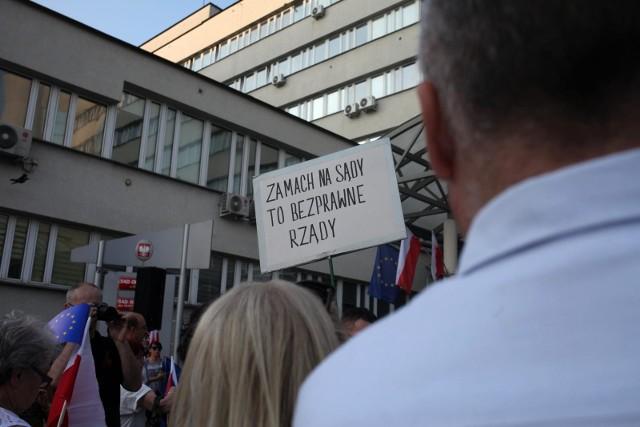 Protesty przeciwko zmianom PiS w sądownictwie nie ustają (tu ostatni protest pod sądem w Krakowie). Ostatnie sondaże pokazują, że znacznie więcej Polaków uważa te reformy za chybione i niebezpieczne niż za trafne i usprawniające pracę sądów.