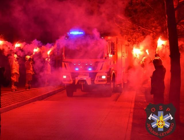 Nowy wóz strażacki został efektownie przywitany przez druhów z Jedlni-Letnisko.