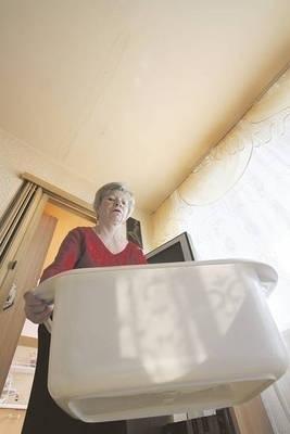 Woda również cieknie z sufitu w kuchni - mówi Maria Chrabąszcz Fot. Anna Kaczmarz