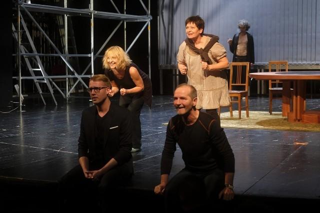 W spektaklu występują: Anna Magalska, Ewa Pietras, Joanna Rozkosz, Paweł Kowalski, Tomasz Mycan, Michał Marek Ubysz i Arkadiusz Walesiak.