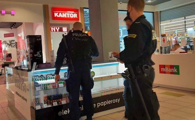 Policjanci od czasu do czasu kontrolują opolskie galerie, ale interwencji jest niewiele w porównaniu do liczby  nadużyć.