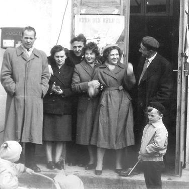 W latach pięćdziesiątych i sześćdziesiątych w domu kultury były już wyświetlane filmy. Na zdjęciu, prawdopodobnie z 1959 roku, pracownicy gołdapskiego kina.