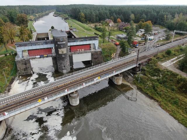 Wyremontowany most kolejowy nad Kanałem Gliwickim zapewnia sprawny i bezpieczny przejazd pociągów