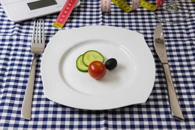 Należy pamiętać, by podczas diety 1200 kalorii zjadać 3 większe posiłki i 2 mniejsze, najlepiej co 3 godziny. Dieta powinna być stosowana około 4 tygodni i powtórzona po 2-3 miesiącach. Najważniejszym punktem tego sposobu żywienia jest czytanie etykiet produktów i sprawdzanie, ile każdy z nich ma kalorii.Zalety: Dzięki diecie jesteśmy w stanie w krótkim czasie zrzucić zbędne kilogramy. Jest ona różnorodna i bazuje na wielu produktach żywnościowych. Posiłki przyjmujemy regularnie, więc nie odczuwamy głodu, poza tym dieta promuje potrawy lekkostrawne i dietetyczne.Wady: Dieta może nie dostarczać wszystkich potrzebnych składników odżywczych w odpowiedniej ilości, a tym samym przyczynia się do nerwowości. Uciążliwe jest również ciągłe liczenie kalorii.