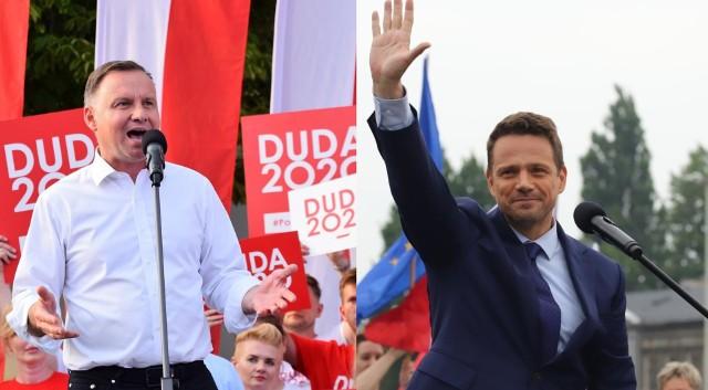 """Rafał Trzaskowski ma dość Prawa i Sprawiedliwości, Jarosława Kaczyńskiego, słabego prezydenta, szczucia, zaciśniętych pięści i władzy, której nikt nie patrzy na ręce. Andrzej Duda walczy z """"kłamstwami Trzaskowskiego"""", uważa że rządy PO-PSL były """"gorszym wirusem niż koronawirus"""", a o LGBT mówi że to """"ideologia, jeszcze bardziej niszcząca dla człowieka"""" niż komunizm.Czym jeszcze różnią się Rafał Trzaskowski i Andrzej Duda? Który z nich jest starszy, a który wyższy? Jakie skończyli szkoły, jakie znają języki, czym zajmowali się wcześniej? No i czym różnią się ich programy? Sprawdź na kolejnych slajdach, posługując się myszką, strzałkami lub gestami."""
