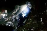 Mszana Dolna. Samochód osobowy w potoku wywrócony kołami do góry [zdjęcia]