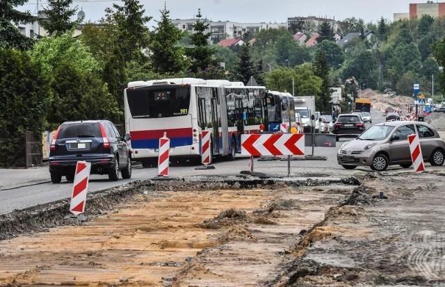 Budowa buspasa na ul. Kolbego na Osowej Górze ciągnie się od dawna, a mieszkańcy tracą już cierpliwość.