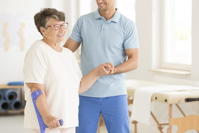 Opieka wykwalifikowanego rehabilitanta jest niezbędna dla wielu osób, by zachować sprawność fizyczną na wysokim poziomie