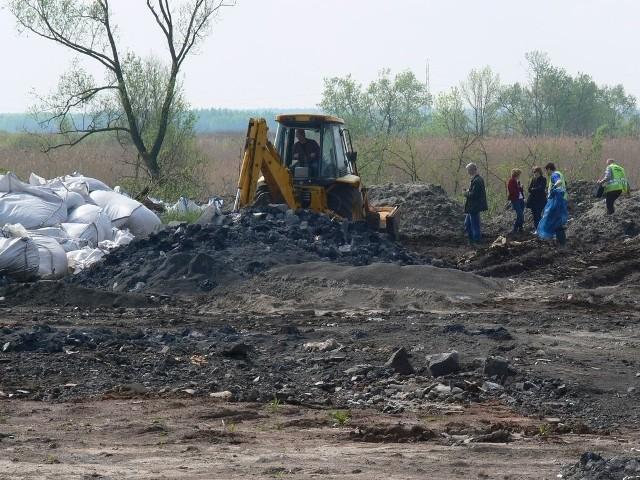 Z terenu składowiska w Zalesiu Gorzyckim, pracownicy Wojewódzkiego Inspektoratu Ochrony Środowiska z Rzeszowa pobrali łącznie pięć próbek.