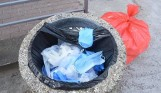 Śmieci pochodzące z gospodarstw domowych osób przebywających w kwarantannie trafiają do czerwonych worków