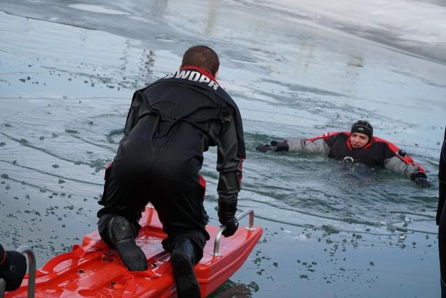 Ratownicy Bieszczadzkiego Wodnego Ochotniczego Pogotowia Ratunkowego wraz z grupą strażaków płetwonurków z Sanoka i Brzozowa szkolili się i doskonalili umiejętności z zakresu ratownictwa lodowego.
