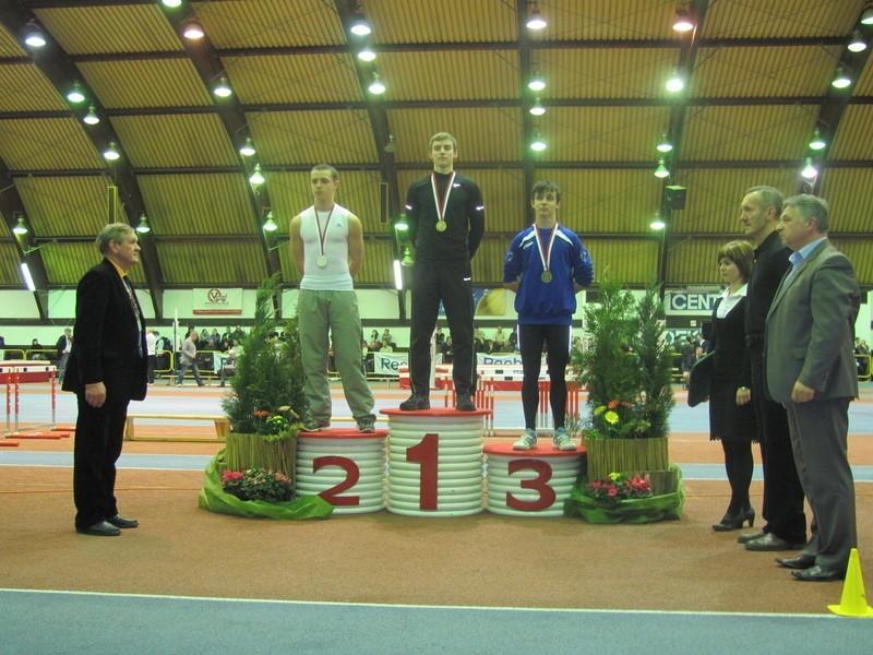 Patryk Franko na najwyższym stopniu podium mistrzostw w Spale. Po prawej trenerzy medalistów. Najwyższy z nich (w środku) to opiekun zdolnego suwalczanina Jarosław Jutkiewicz.