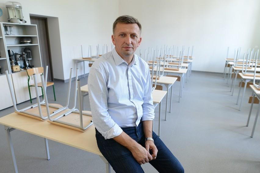 Marek Grefling, dyrektor VIII LO uważa, że potrzebne są zmiany w programie nauczania historii. Trzeba jednak znaleźć złoty środek