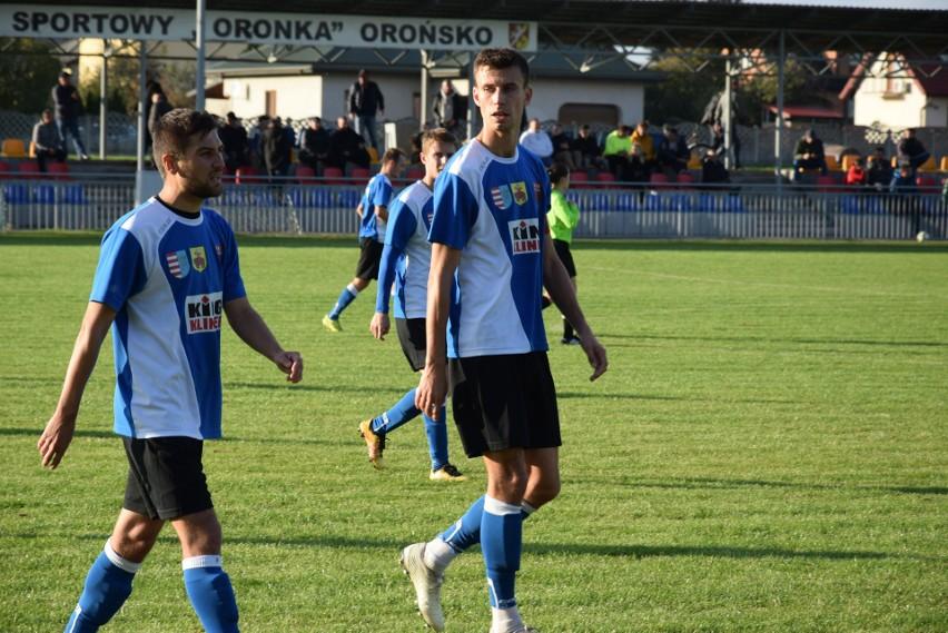 Piłkarze Oskara Przysucha pokonali Oronkę Orońsko 4:2 i awansowali do finału Mirax Pucharu Polski. Na zdjęciu Piotr Kornacki (z lewej) i kapitan, Patryk Walasek.