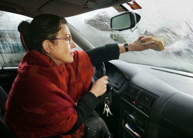Niesprawna wentylacja i kłopot gotowy – nie da się prowadzić auta z zaparowanymi szybami