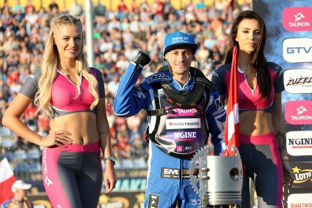 Leon Madsen wygrał drugą rundę indywidualnych mistrzostw świata i awansował na pierwsze miejsce w klasyfikacji generalnej cyklu  SEC. W Daugavpils drugi był Emil Sajfutdinow, a trzeci Robert Lambert. W finale Duńczyk był poza zasięgiem rywali. Znakomicie wystartował i szybko odjechał pozostałej trójce. To zwycięstwo pozwoliło mu awansować na pierwsze miejsce w klasyfikacji indywidualnych mistrzostw Europy. Jarosław Hampel, który bronił pozycji lidera cyklu, również miał szansę na finał. W wyścigu barażowym, w którym do wywalczenia były dwie przepustki do decydującego biegu, Polak jechał z tyłu stawki, a potem zrezygnował z kontynuowania walki. Losy tytułu nie są jeszcze rozstrzygnięte. Do rozegrania została jedna runda, która odbędzie się 15 września w Chorzowie.Wyniki 3. runy SEC w Daugavpils:1. Leon Madsen 16 (3,3,2,2,3,3)2. Emil Sajfutdinow 13 +2 (w,2,3,3,3,2)3. Robert Lambert 13 (1,3,3,2,3,1)4. Antonio Lindbaeck 11 +1 (1,3,3,2,2)5. Vaclav Milik 10 +3 (3,2,2,1,2,0)6. Jarosław Hampel 9 +0 (3,d,1,3,2)7. Andriej Kudriaszow 8 (2,2,1,3,0)8. Mikkel Michelsen 8 (1,1,1,3,2)9. Peter Kildemand 7 (2,3,0,2,0)10. Andrzej Lebiediew 7 (3,d,2,1,1)11. Kai Huckenbeck 6 (2,0,3,0,1)12. Andreas Jonsson 6 (2,1,0,d,3)13. Aleksandr Łoktajew 4 (w,1,2,d,1)14. Oleg Michaiłow 4 (1,1,1,0,1)15. Krzysztof Kasprzak 3 (0,2,0,1,d)16. Josef Franc 1 (0,0,0,1,0)Bieg po biegu:1. Lebiediew, Jonsson, Michelsen, Franc2. Milik, Kildemand, Lindbaeck, Kasprzak3. Madsen, Kudriaszow, Lambert, Sajfutdinow (w)4. Hampel, Huckenbeck, Michaiłow, Łoktajew (w)5. Kildemand, Sajfutdinow, Jonsson, Huckenbeck6. Lindbaeck, Kudriaszow, Michelsen, Hampel (d)7. Madsen, Kasprzak, Łoktajew, Franc8. Lambert, Milik, Michaiłow, Lebiediew (d)9. Lindbaeck, Madsen, Michaiłow, Jonsson10. Lambert, Łoktajew, Michelsen, Kildemand11. Sajfutdinow, Milik, Hampel, Franc12. Huckenbeck, Lebiediew, Kudriaszow, Kasprzak13. Hampel, Lambert, Kasprzak, Jonsson (d)14. Michelsen, Madsen, Milik, Huckenbeck15. Kudriaszow, Kildemand, Franc, Michaiłow