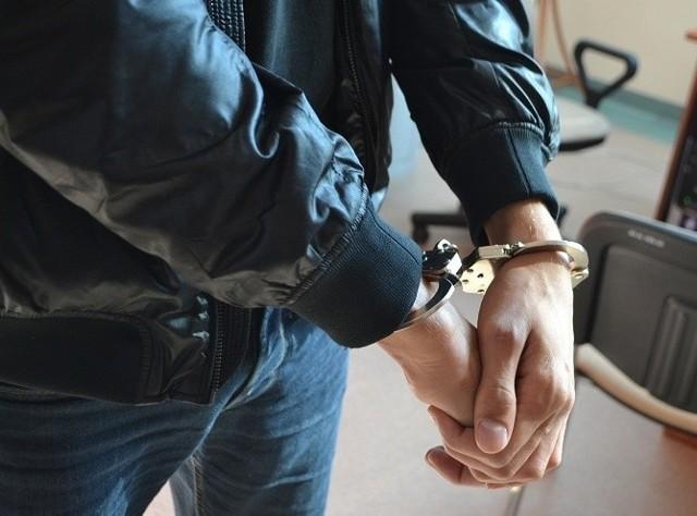 Policjanci zatrzymali 14 osób, które handlowały narkotykami na Piątkowie