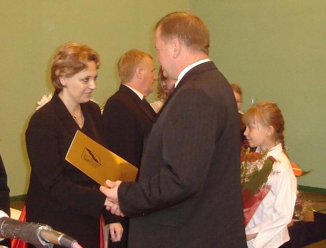 """Tydzień temu Beata Gniazdowska odebrała nagrodę od prezydenta Stargardu za """"szczególne osiągnięcia w pracy dydaktycznej, wychowawczej i organizacyjnej""""."""