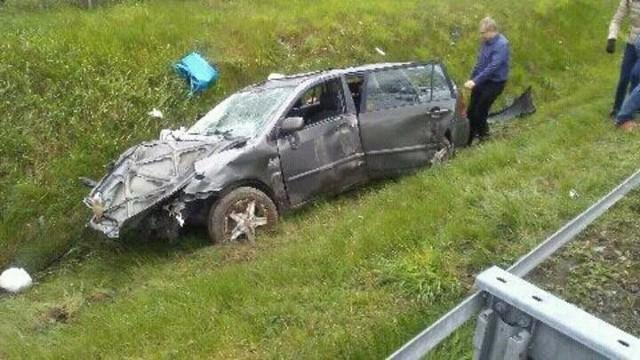 Toyota odbiła się jeszcze od barierek ochronnych, a potem wylądowała w rowie.
