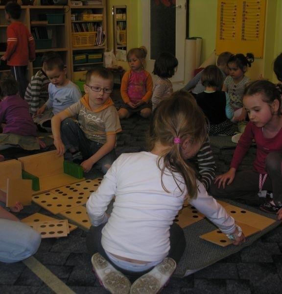 """Tłok jest we wszystkich miejskich przedszkolach. Na zdjęciu maluchy z """"jedynki""""."""
