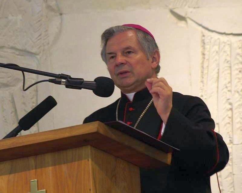 Ordynariusz diecezji radomskiej Henryk Tomasik odniósł się do sprawy zdjęcia krzyży w Komendzie Miejskiej Policji w Radomiu.
